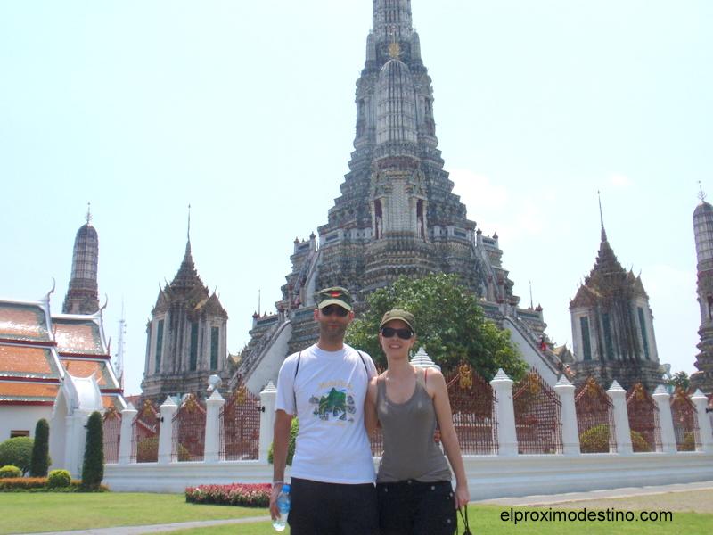 David y Meritxell en el templo Wat Arun en Bangkok