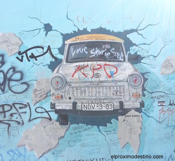 Coche típico de la RDA atravesando el muro
