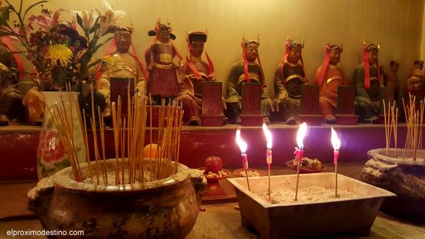 Figuras en el Templo Man Mo. Hong Kong.
