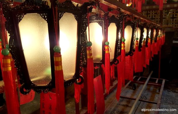 Farolillos en el Templo Man Mo.